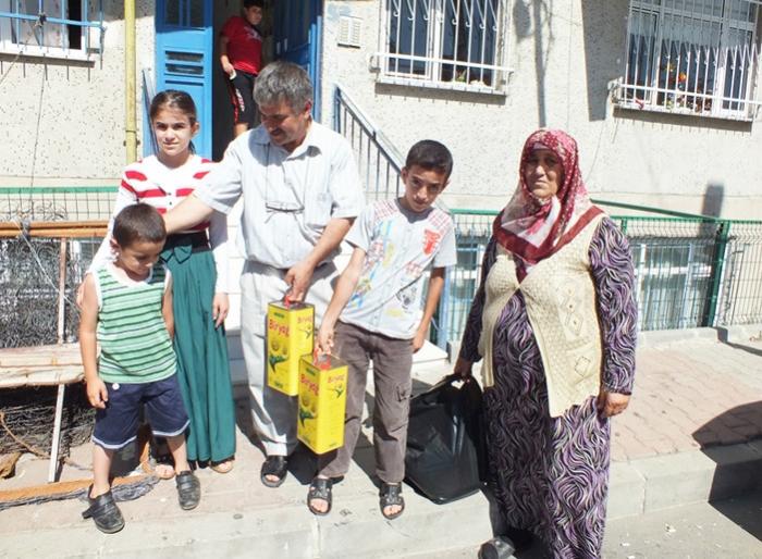 Yüzlerce Aileye Gıda Ve Nakdi Yardım Yapıldı